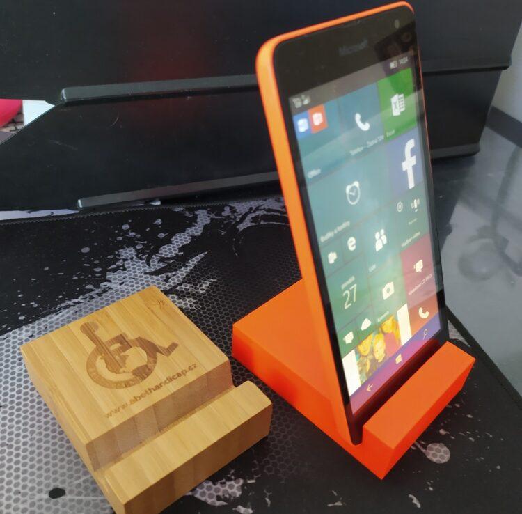 3D stojánek na mobil dřevěný Abethandicap